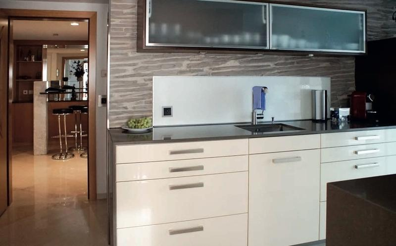 Sonniges Luxus-Penthouse mit Klimaanlage, Marmorböden + Panora