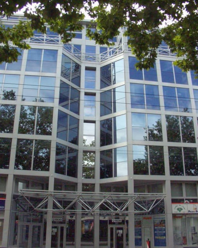 L'immeuble est desservi par 3 ascenseurs, accès sécurisé et équipé de la fibre optique. Possibilité de places de parking.