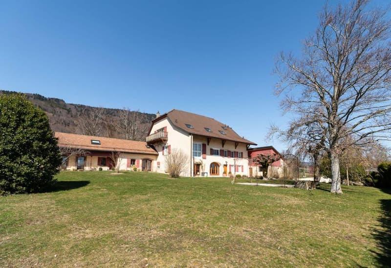 Propriété de village individuelle rénovée avec beaucoup de goût sur très grand terrain