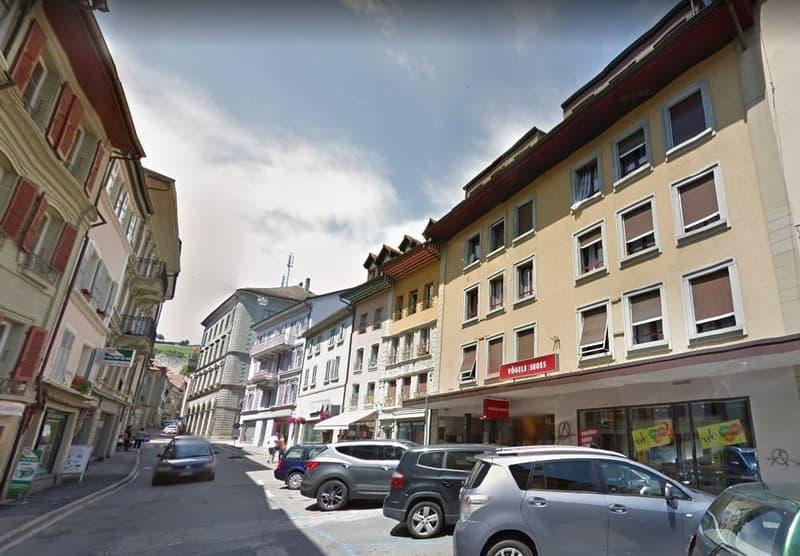 Arcade commerciale, bureaux et dépôt dans une rue commerçante