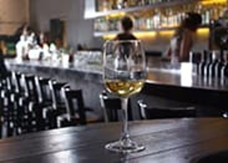 Genève Centre : Charmant Bar à vins à remettre.