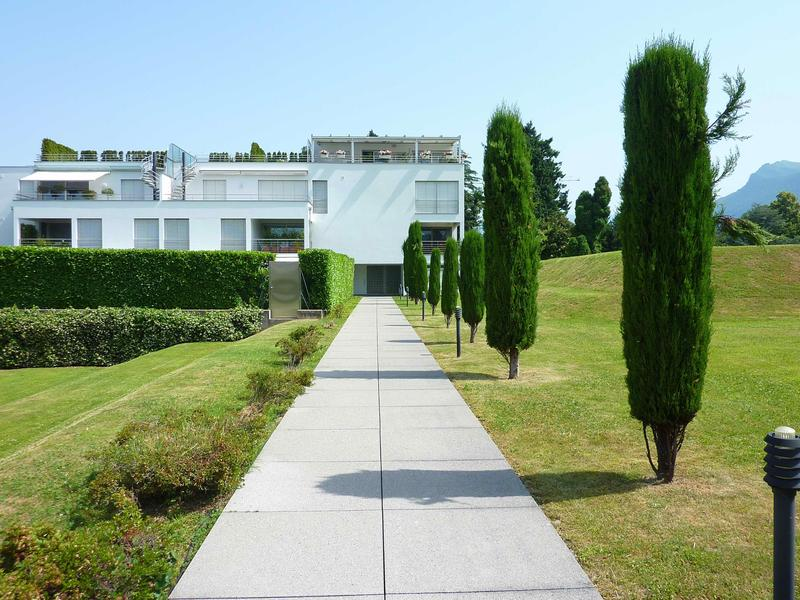 entrata palazzina con giardino condominiale
