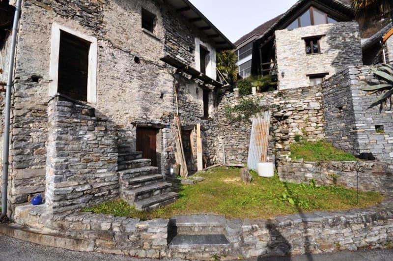 Rustici con bella vista lago da ristrutturare/ Rustici zu renovieren mit Seeblick