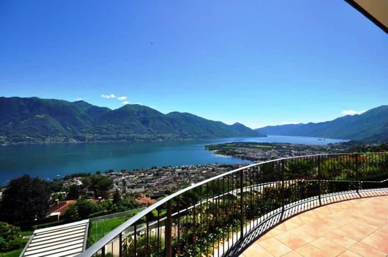 Villa mediterranea con bellissima vista lago / Villa im mediterranen Stil mit Panoramasicht