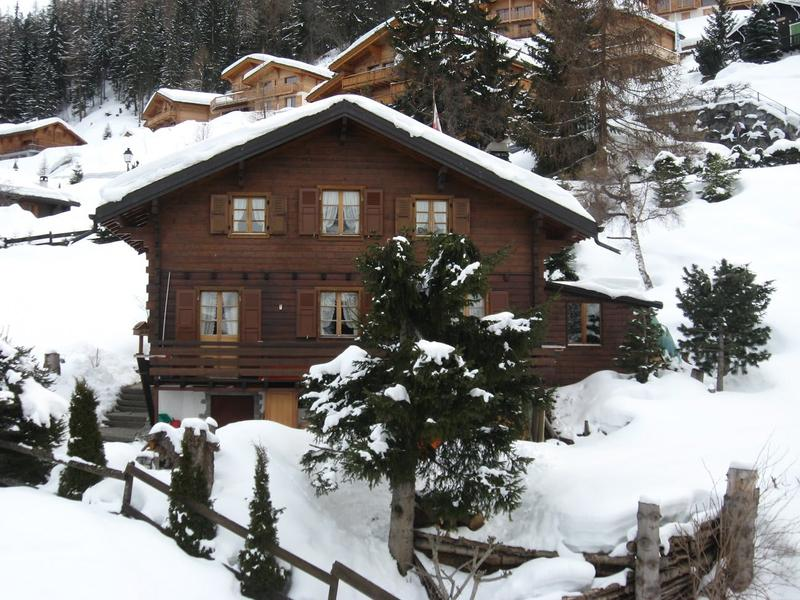Traditional, comfortable chalet 250m from the centre of La Tzoumaz, in a sunny position.