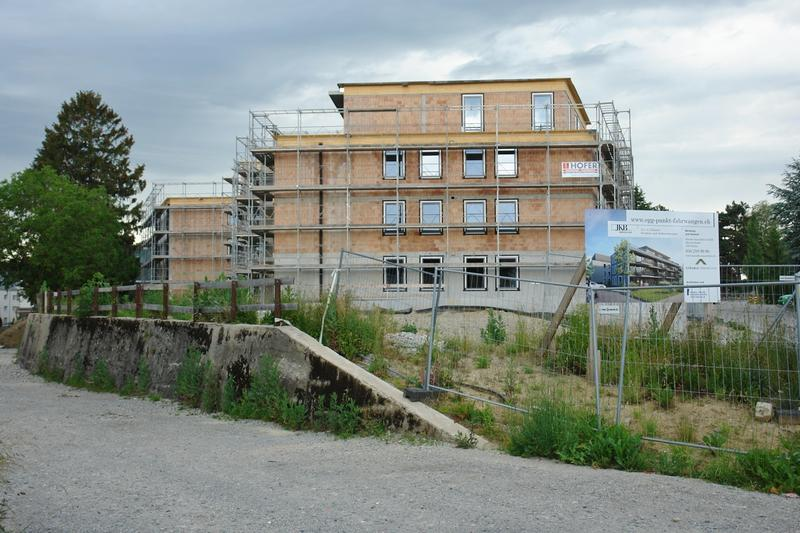 Ansicht an den fertig gestellten Rohbau Haus B von Osten