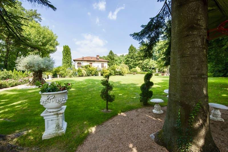 Villa Ticinese con Vista Lago di Muzzano Immersa in Bellissimo Parco
