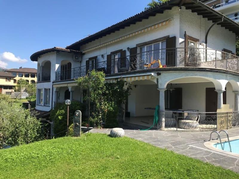 Villa di Ampia metratura con possibilità di Bifamiliare con Vista Lago