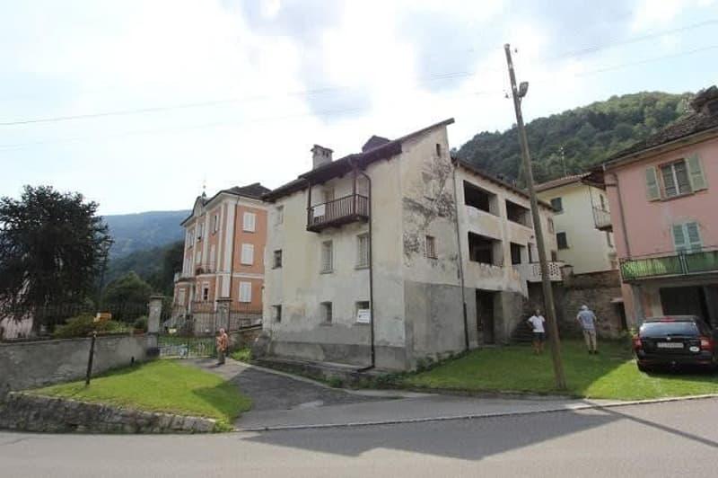 12-Zimmer-Dorfhaus zum Ausbauen / casa con 12 locali da ristrutturare