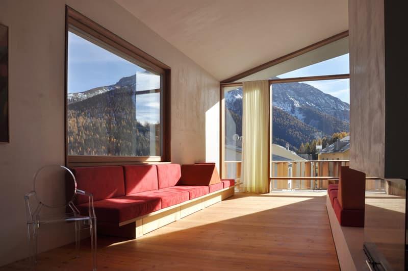 Wohnzimmer (wird mit Cheminée, aber ohne die roten Sitzreihen realisiert)