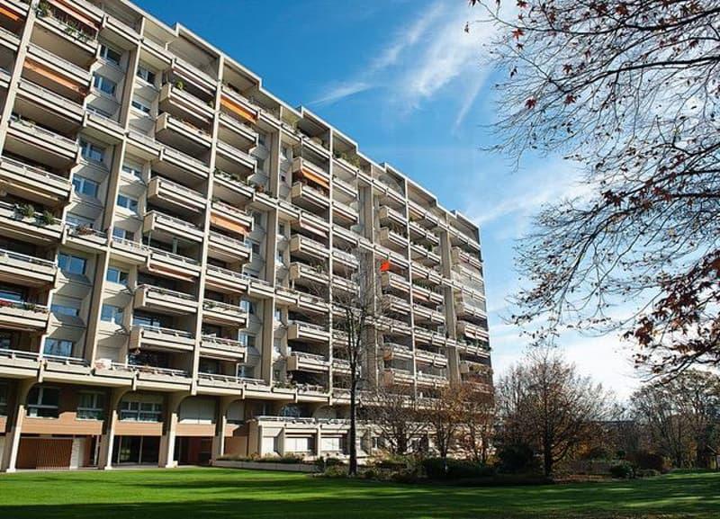 Appartement de 8 pièces d'environ 251 m2 au 2ème étage et un box au sous-sol