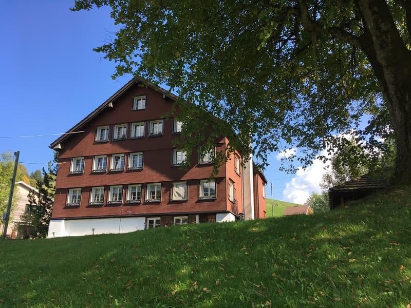 Im Hochparterre dieses Mehrfamilienhauses befindet sich die charmante Wohnung (7 Fenster).