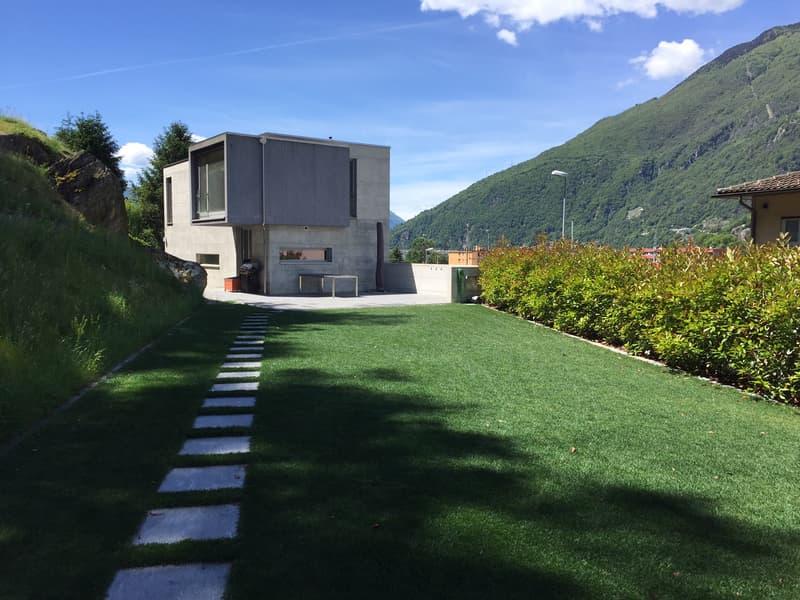 Moderna casa unifamiliare con giardino