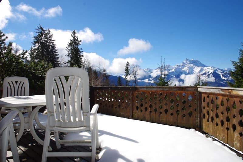Chalet situé à proximité des commodités bénéficiant d'une superbe vue sur les Alpes