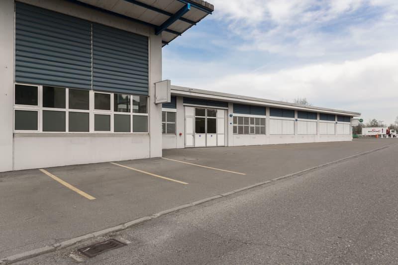 Gewerbehalle mit Büroräumlichkeiten