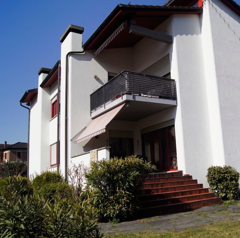 Spazioso appartamento con giardino in casa bifamiliare