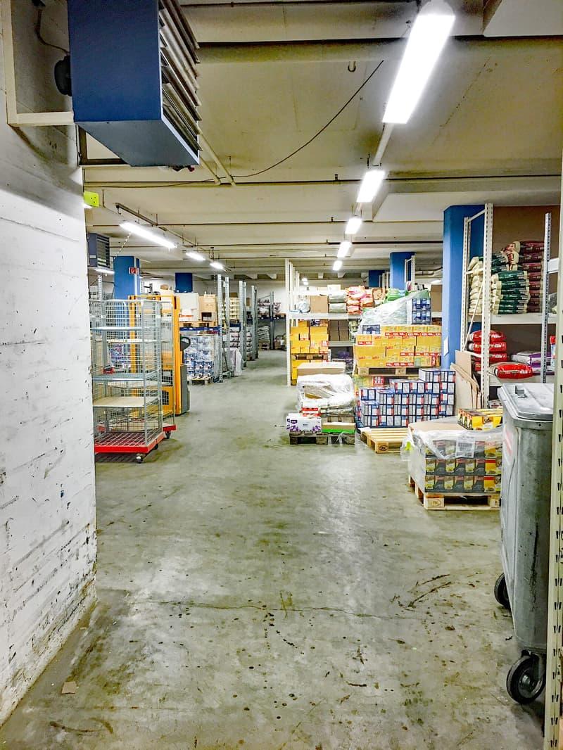 Mit dem Warenlift für 6 Paletten direkt in die Mietfläche (4)