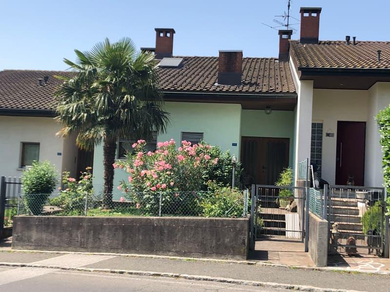 Casa contigua, ca. 200 mq, giardino pianeggiante, ben esposta, vista aperta, buona posizione