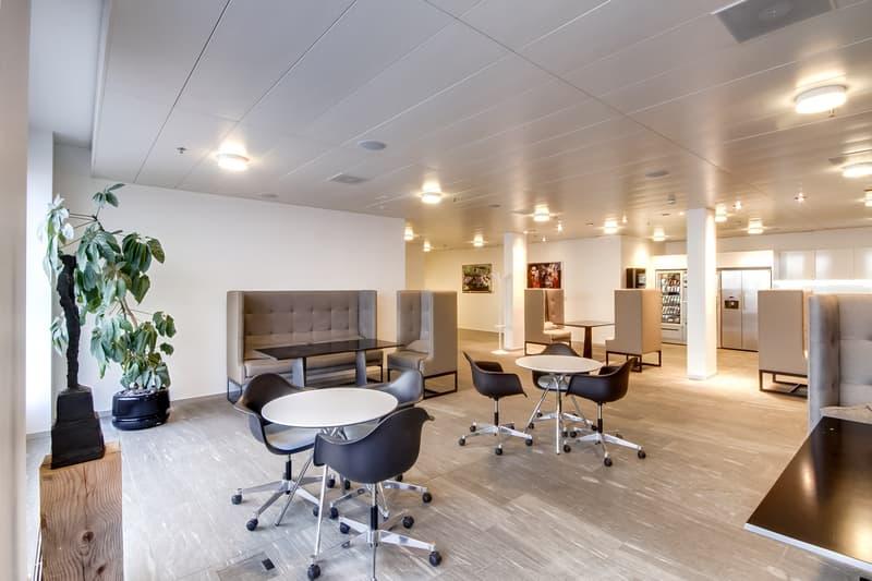 Arbeiten in der Business Lounge Platinum! Top ausgestattet und gut umsorgt - beim Flughafen Zürich!