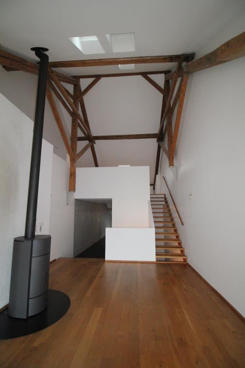 Salon et escaliers menant à l'espace nuit