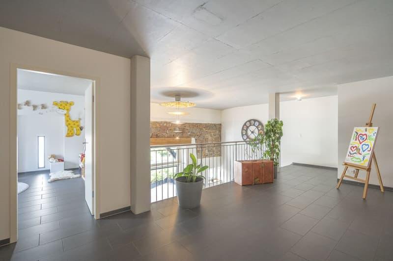 Die grosse Galerie verbindet Erd- und Obergeschoss