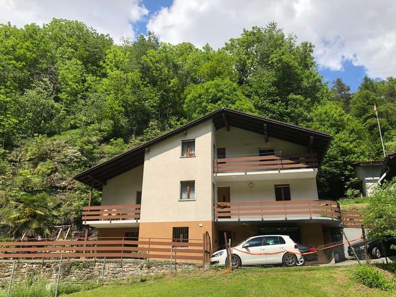 Casa con 3 appartamenti nel verde della Leventina