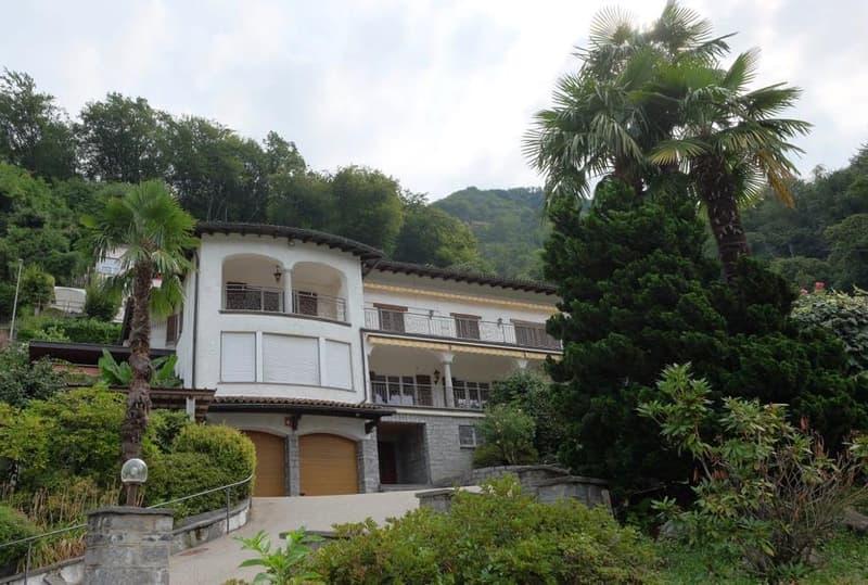 Proponiamo meravigliosa villa con piscina e vista lago