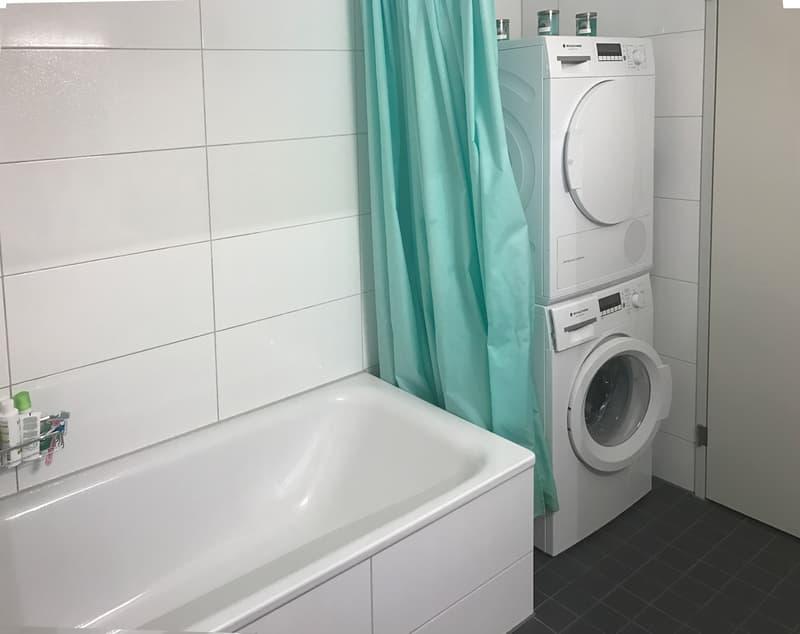 weisses Bad mit Waschturm