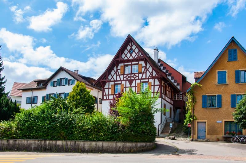 VERKAUFT - Riegelhaus mit zwei Wohnungen und Bauland