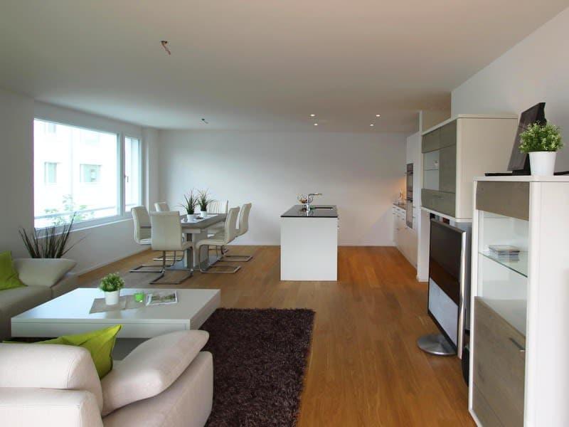 Der Wohn- und Essbereich mit offener Küche
