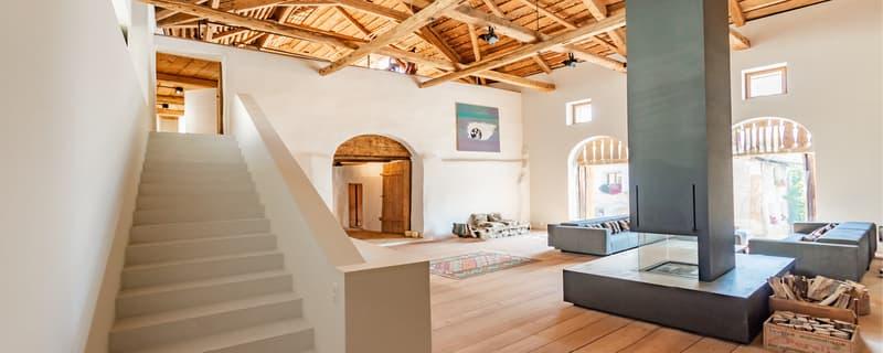 Eindrucksvolles, komplett saniertes Graubündner Bauernhaus mit Stallung