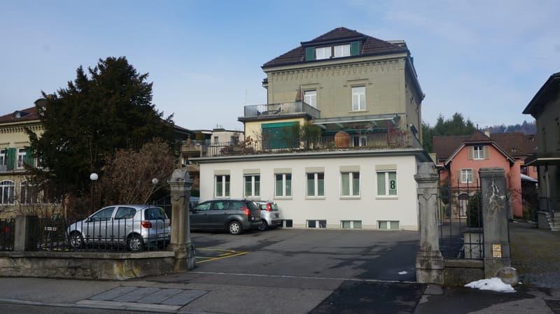 Heller Gebäudeanbau - Hochparterre und Sous Sol. (Im Hintergrund das Nachbargebäude.)