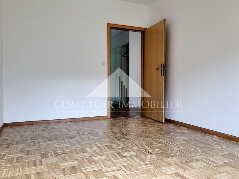 1 MOIS DE LOYER OFFERT - Spacieux appartement partiellement rénové de 2.5 pièces avec pelouse privative. (4)