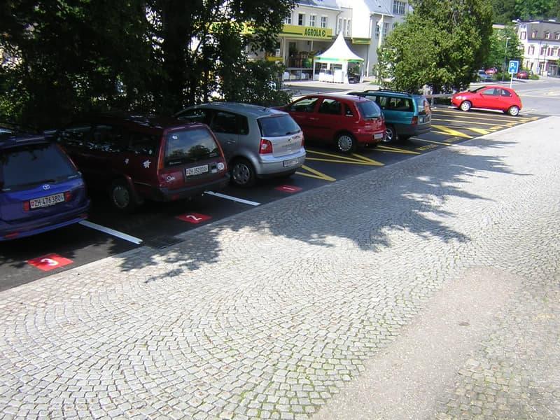 Parkplätze direkt am Bahnhof Wald
