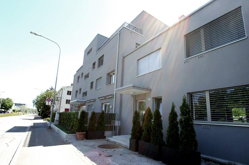Moderne, im 2015 neu erstellte, 2 Zimmer Wohnung im Sous-Sol