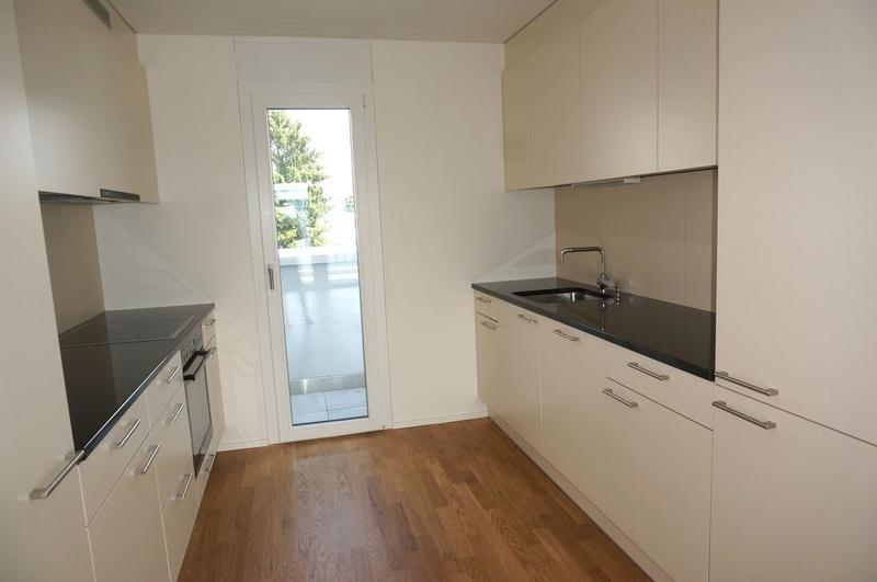 Moderne Küche mit grossem Kühlschrank und sep. Gefrierabteil
