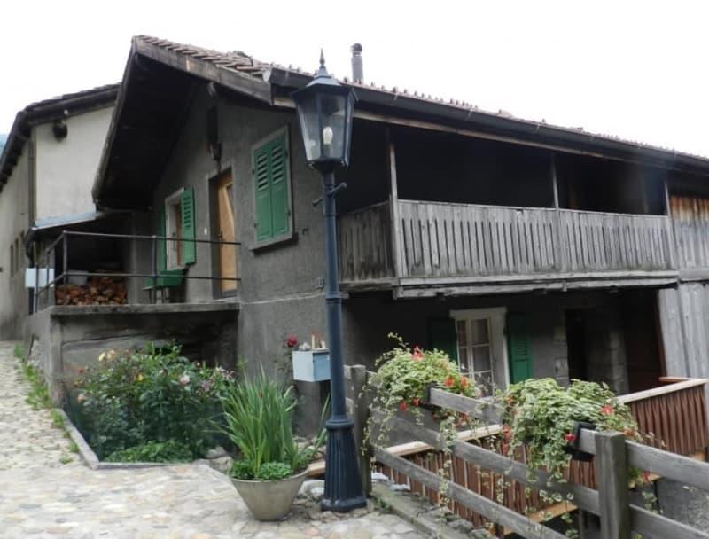 Preiswertes Einfamilienhaus mit 2 Wohnungen in Niedergesteln