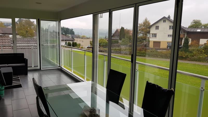Grosser verglaster Balkon mit Süd-West-Lage