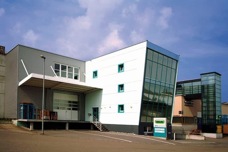 Gewerbehalle mit Büros