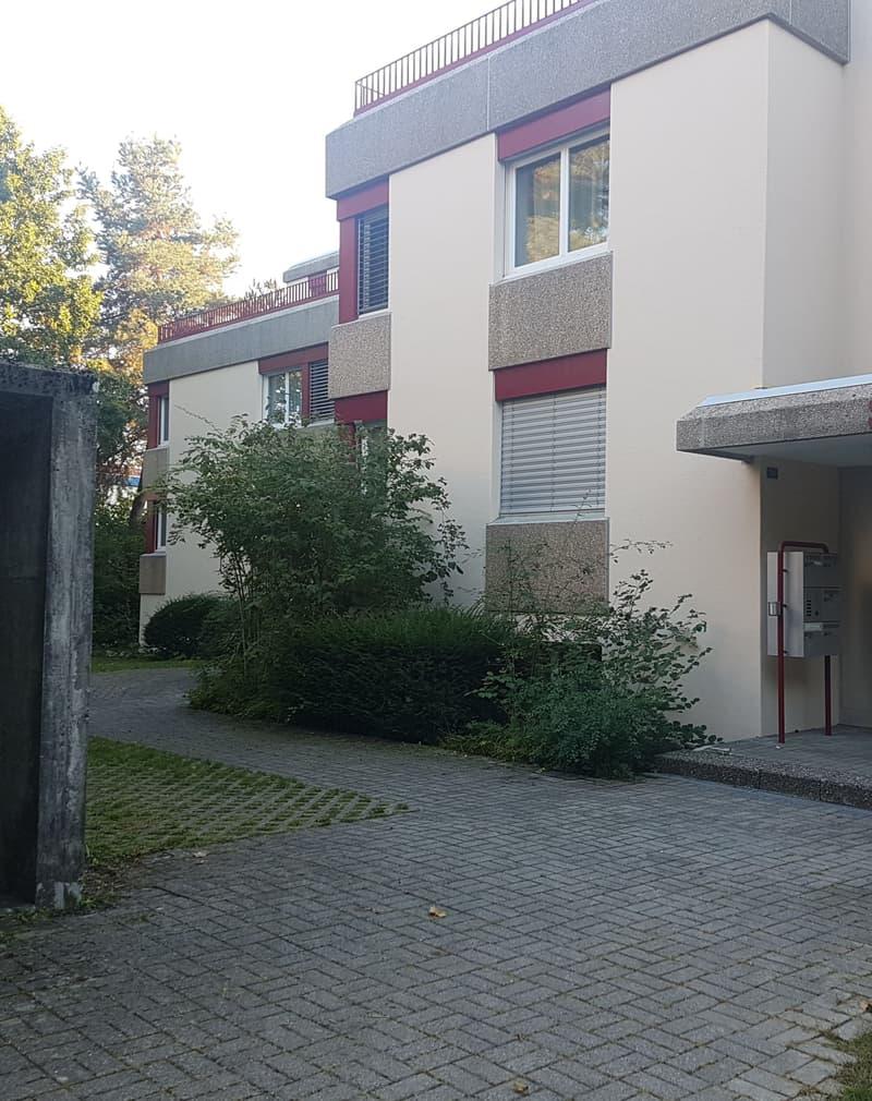 Moderne Wohnung in grüner Überbauung