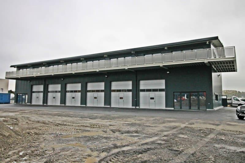 Belle halle industrielle neuve avec garages de 5m de hauteur