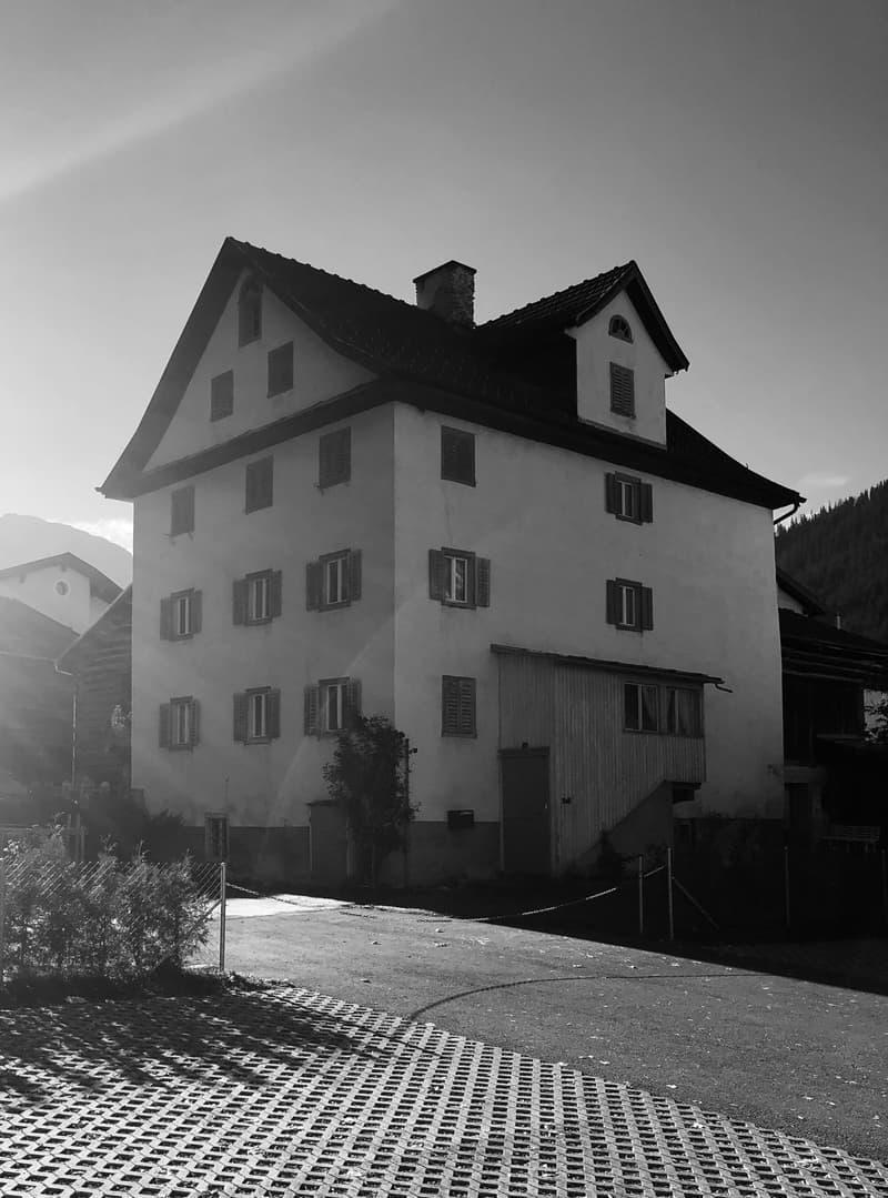 Grosses Haus im Dorfkern