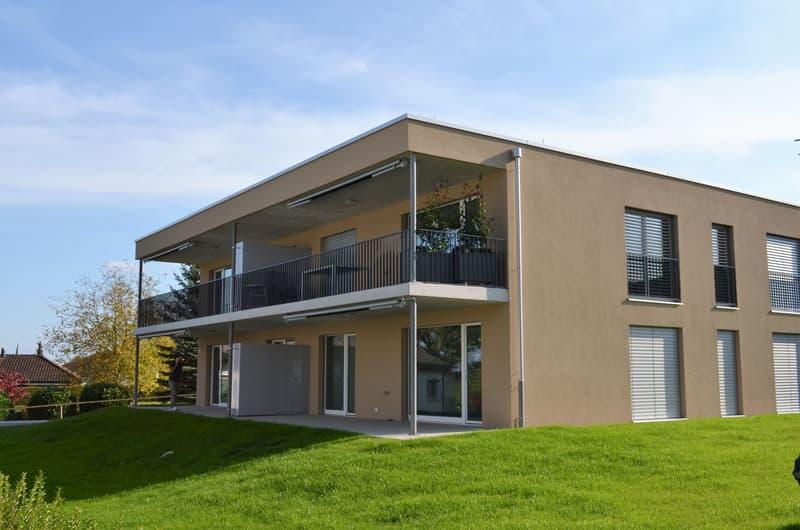 Helle, moderne 3,5 Zimmer Erdgeschoss Wohnung mit grossem Wohn-/Esszimmer und offener Küche mit Kochinsel.