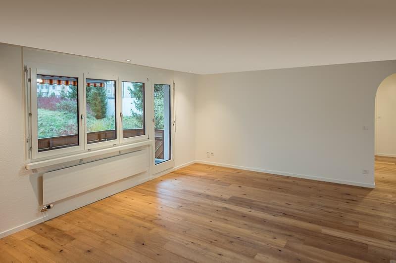 Zimmer mit Parkettboden