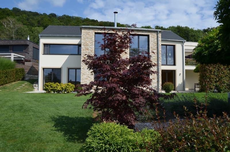 Modernes 8 Zi.- Einfamilienhaus mit Garten und Doppelgarage zu vermieten