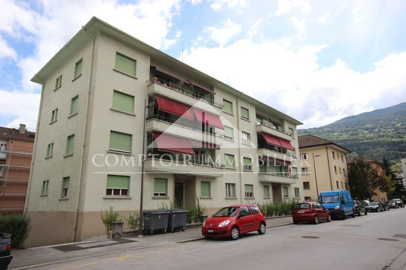 Appartement situé à proximité immédiate du centre-ville et de toutes ses commodités. Les peintures et les sols ont été entièrement rafraichis.