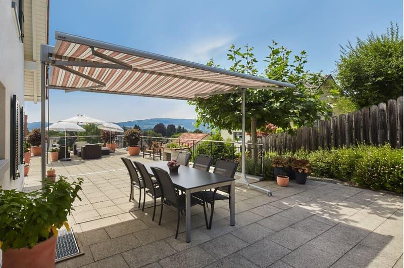 Sonnige Terrasse mit Aussicht