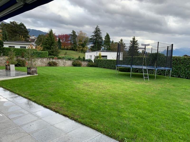 Villa individuelle moderne avec grand jardin et vue dégagée