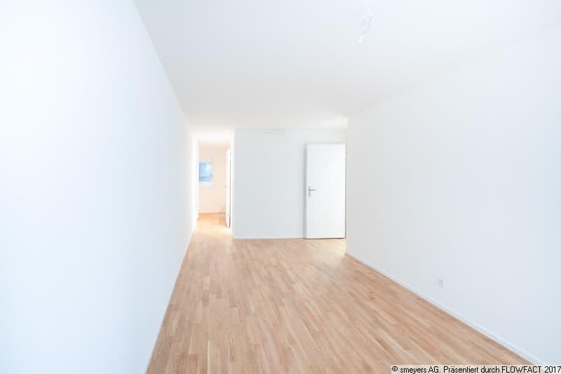 Bürofläche mit Blick Richtung Küche & WC