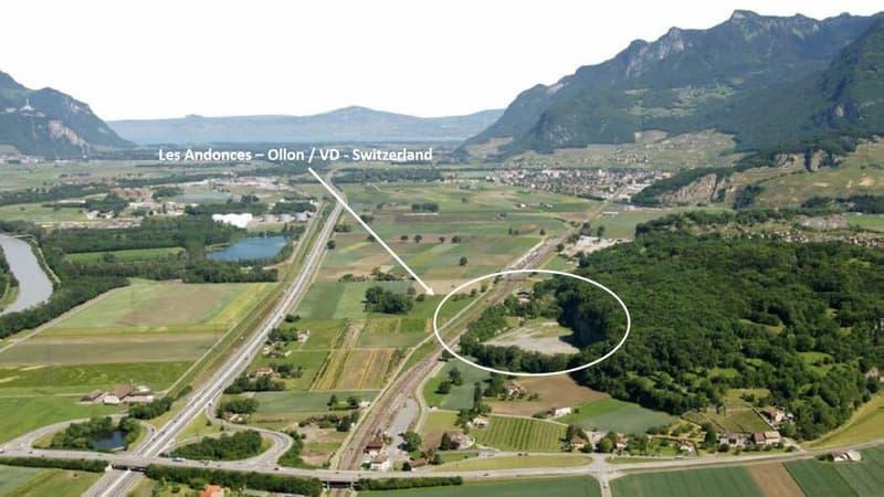 """Grande parcelle nouvellement divisible sur terrain plat aux """"Andonces - St-Triphon"""" avec accès ferroviaire CFF et axes autoroutiers"""